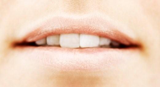 Gå på opdagelse efter de nøgne, pudderfarvede læbestifter eller glosser. Vælg en uden blålige toner, som hurtigt får os til at se døde ud. Foto: JPG