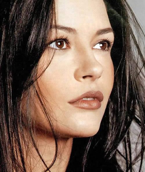 Catherine Zeta Jones er blandt de stjerner, der tydeligvis har styr på at dosere sine eksfolieringer - men hun arbejder også sammen med Tony Vargas...