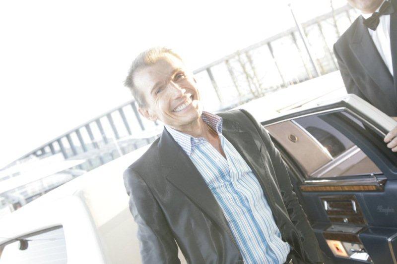 Hr. Henriksen iført sit populære varemærke. Smilet...Her ankommer han til Danish Beauty Award 2009